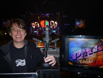 Front-of-house-Techniker Chris Madden mit den beiden Sennheiser MKH 8040 und dem Sennheiser MKH 800 Twin, mit denen er die Ambience für die Live-DVD aufnahm