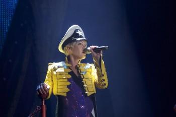 """Auf ihrer """"Funhouse""""-Tour singt Pink mit dem Funkmikrofon SKM 2000 von Sennheiser (Foto: Baz Halpin)"""